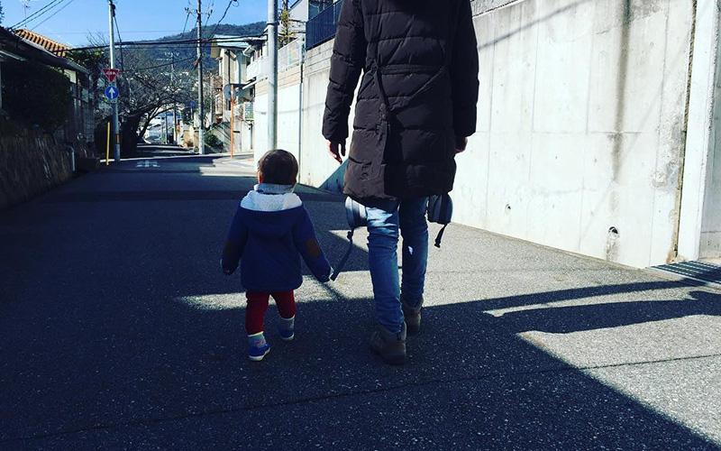 写真:じょーくんと妻が公園に行くまでの道を歩いている