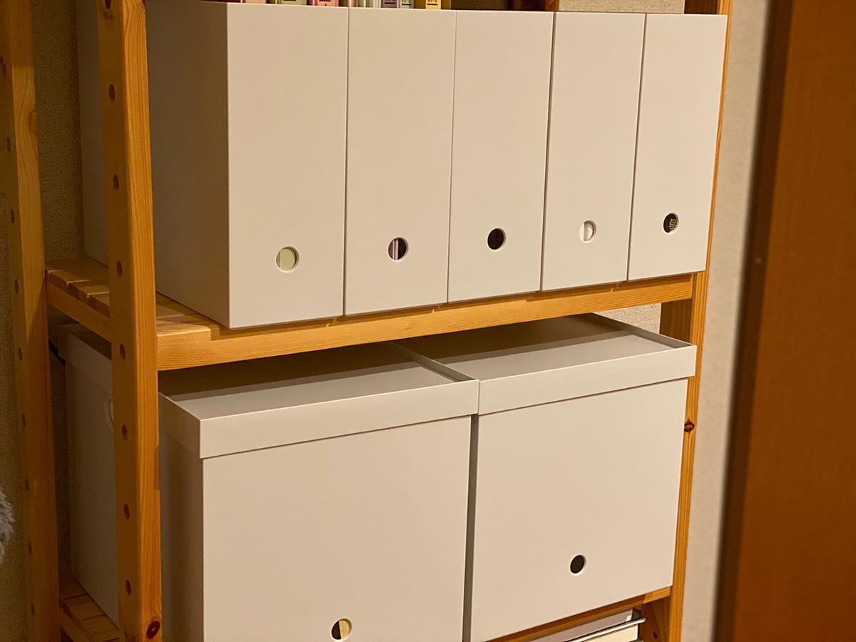 ホコリを防ぐ、蓋つきのファイルボックスで本や書類を収納